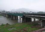 もとは鉄橋の川幅で拡張工事の時にコンクリート橋は作ったのかな