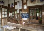 木製窓とカウンター