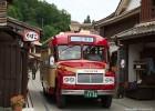 古い町並みとボンネットバスはええ感じです