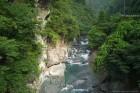 加茂川 左の岩には素掘りトンネル