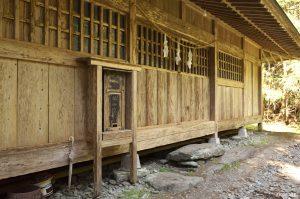 古いおみくじ箱がある神社